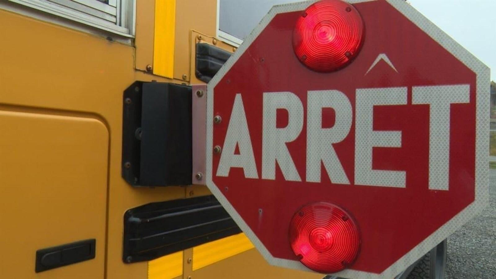 Panneau avec lumières rouges sur un autobus scolaire.