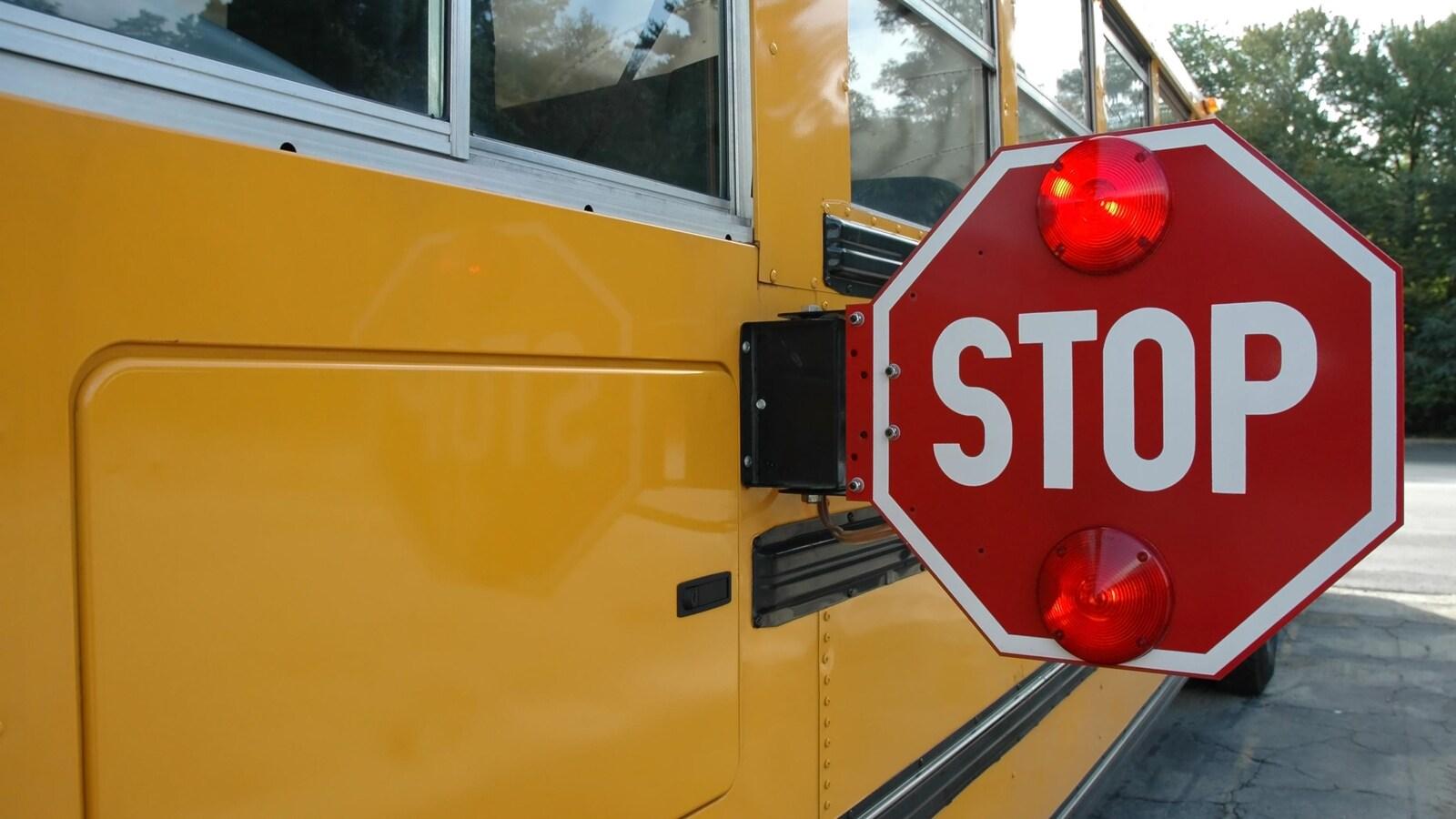 Signal «Stop» clignotant sur un autobus scolaire.