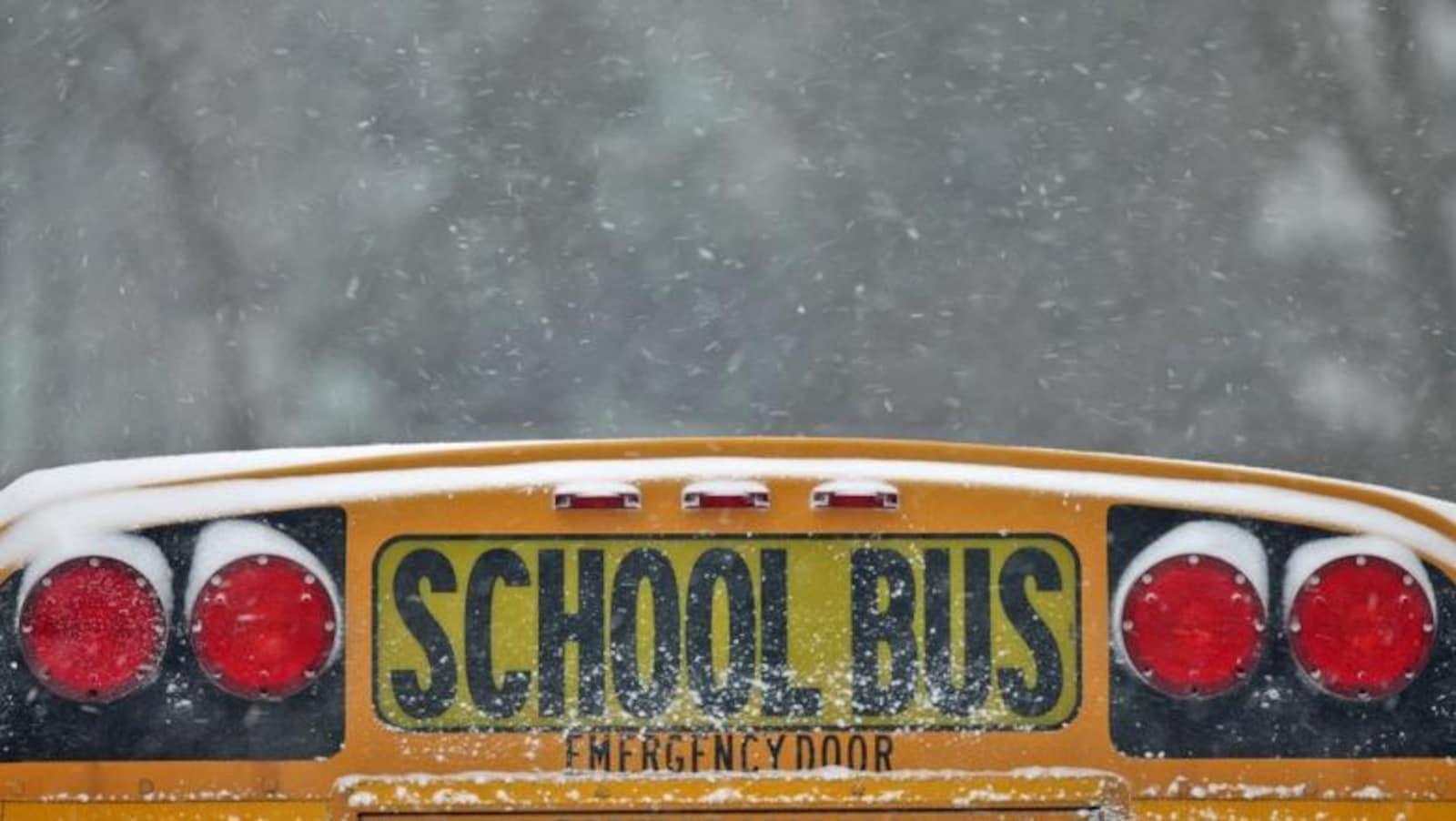 Un autobus scolaire enneigé.