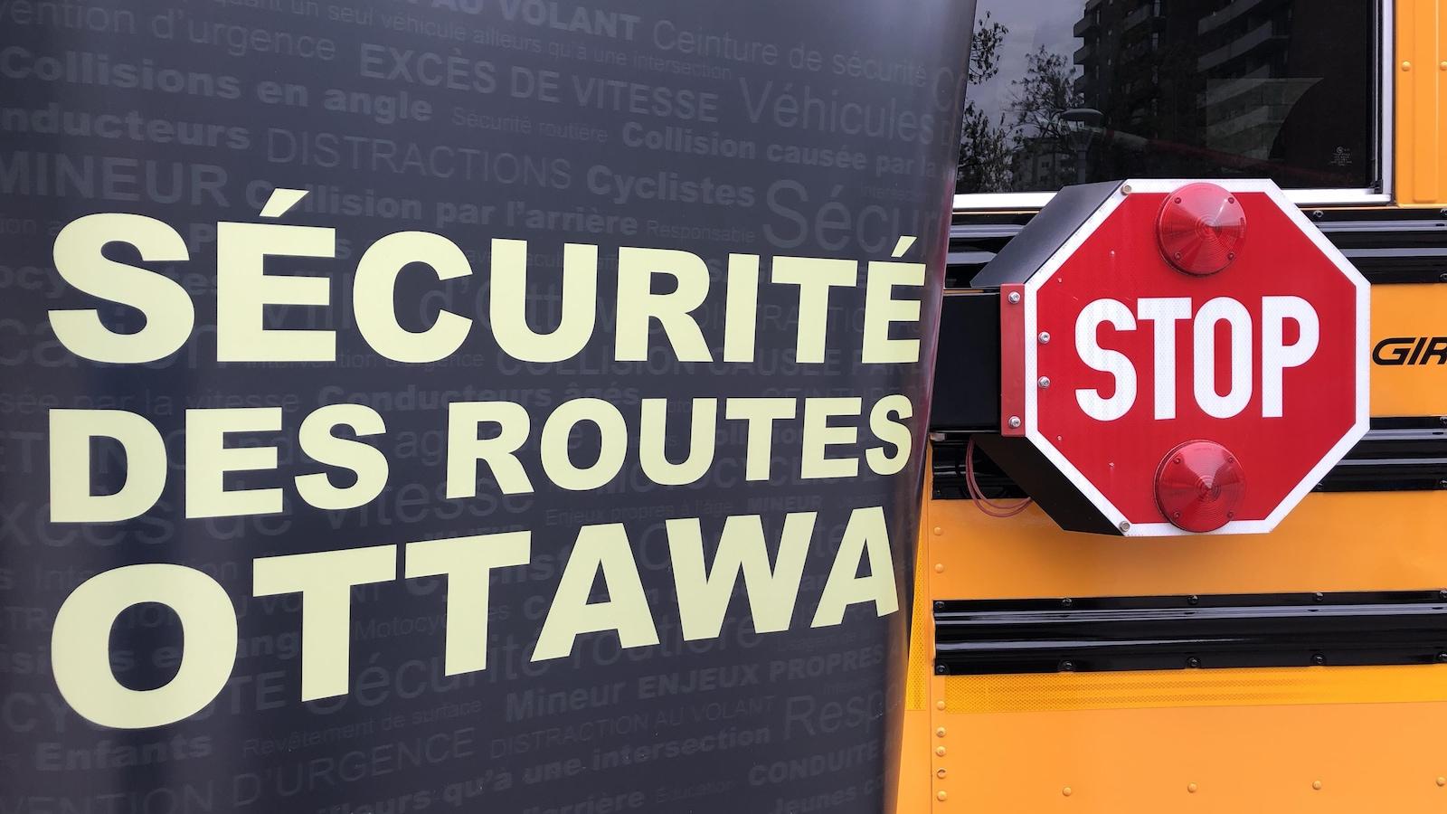 Un autobus scolaire avec une écriture sécurité des routes à Ottawa.