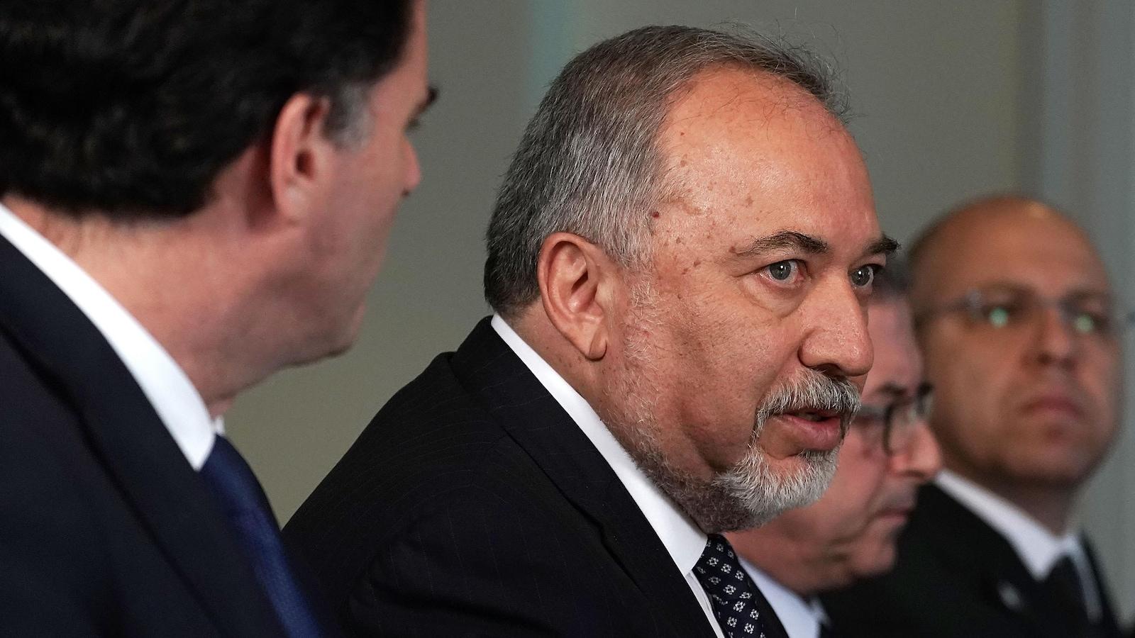 Gros plan sur le visage d'Avigdor Lieberman.