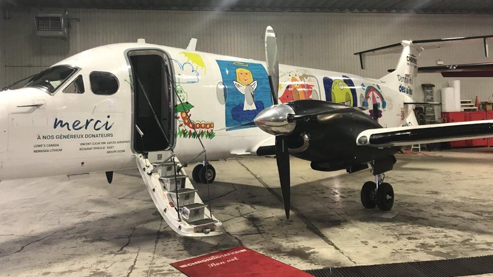 Un avion avec des dessins d'enfants.