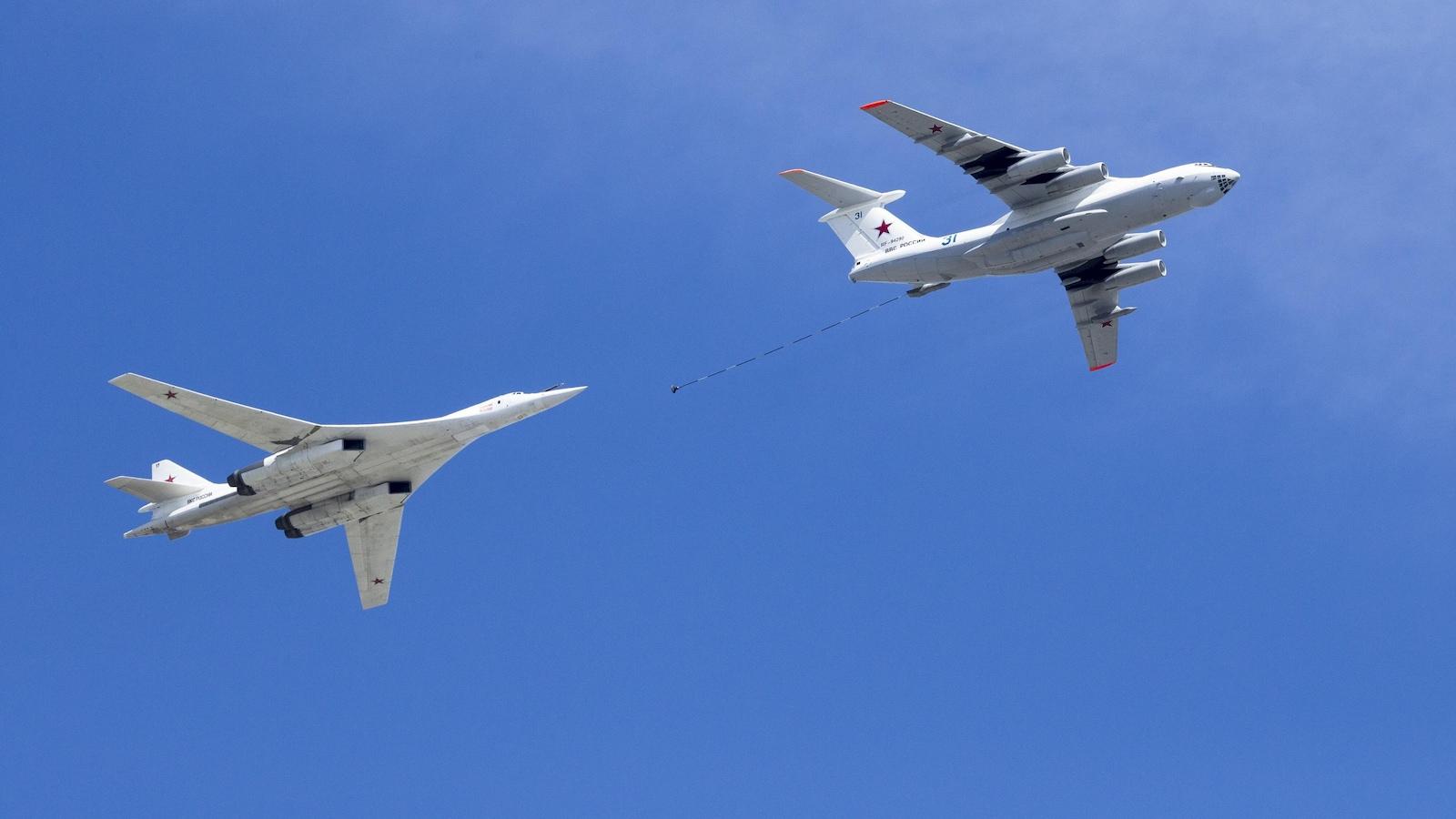 Deux avions de combat dans le ciel.