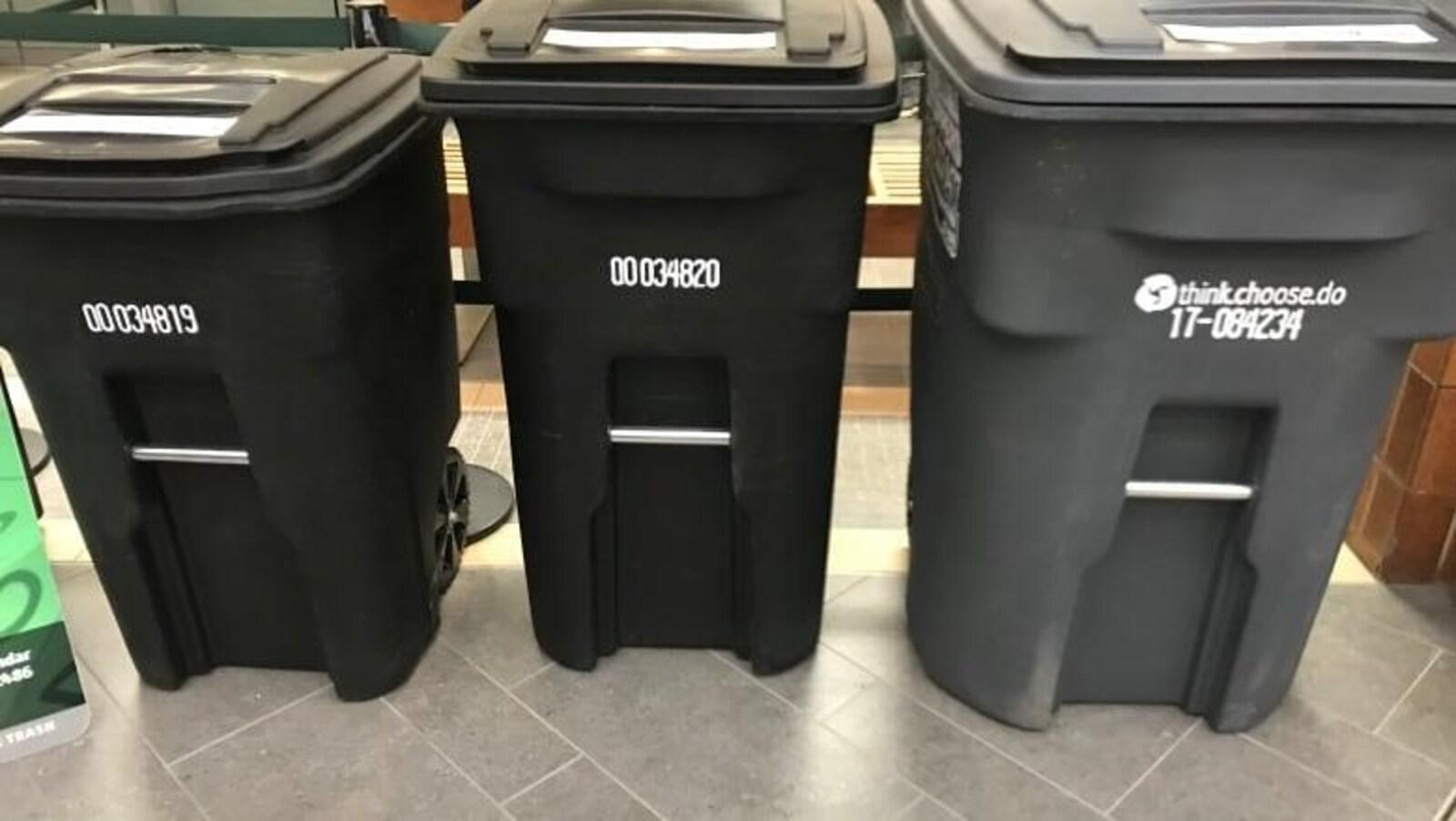 Trois bacs à ordures.