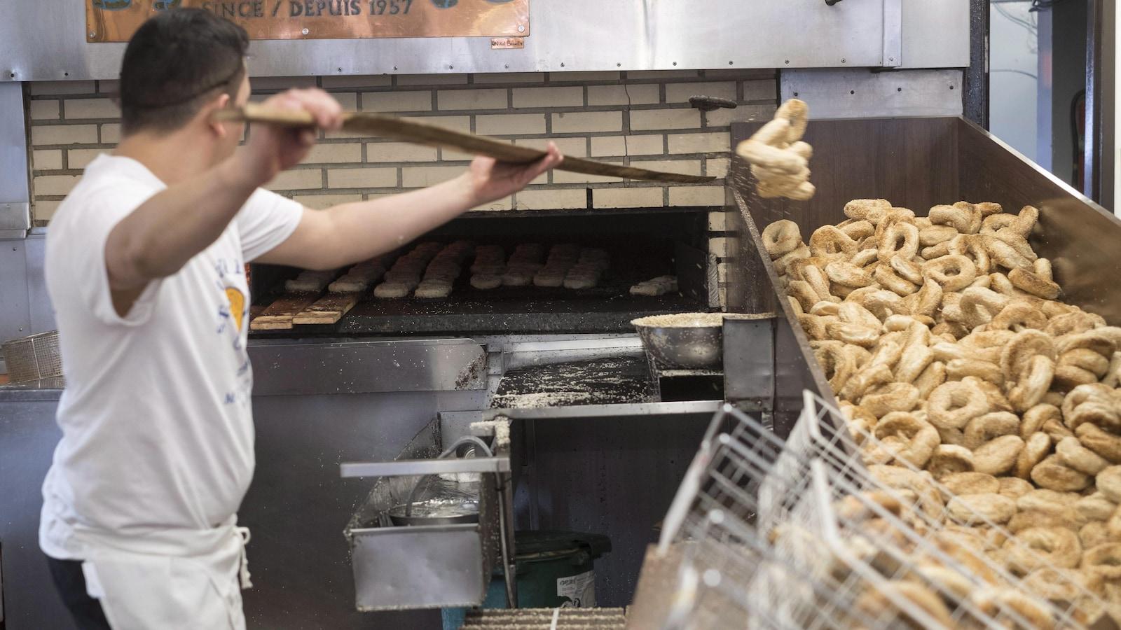 Des bagels sont retirés du four.