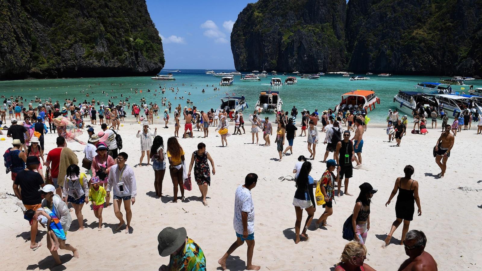 De nombreux touristes sur la plage Maya, en Thaïlande