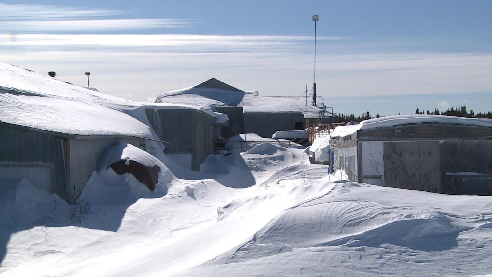 Des équipements de scieries ensevelis sous la neige.