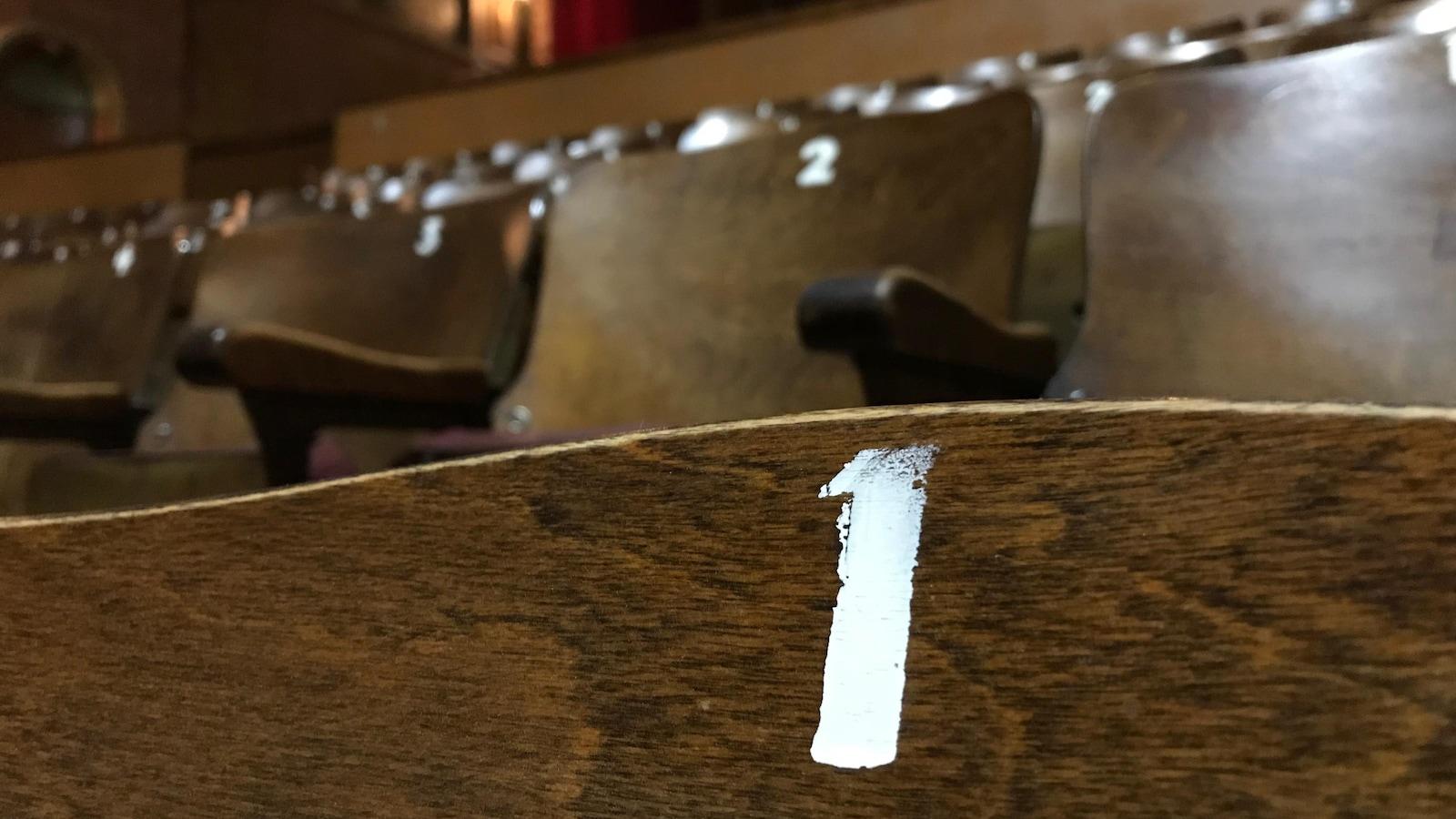 Les bancs d'origine du balcon du Théâtre Granada se sont vendus en deux heures.