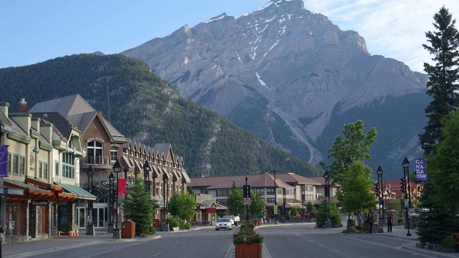 Vue sur une rue à Banff où l'on voit les Rocheuses.