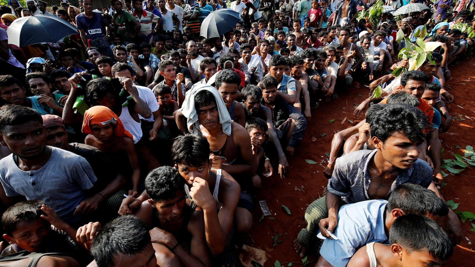 Des centaines de réfugiés rohingyas attendent de recevoir des rations alimentaires à Cox Bazar, au Bangladesh.