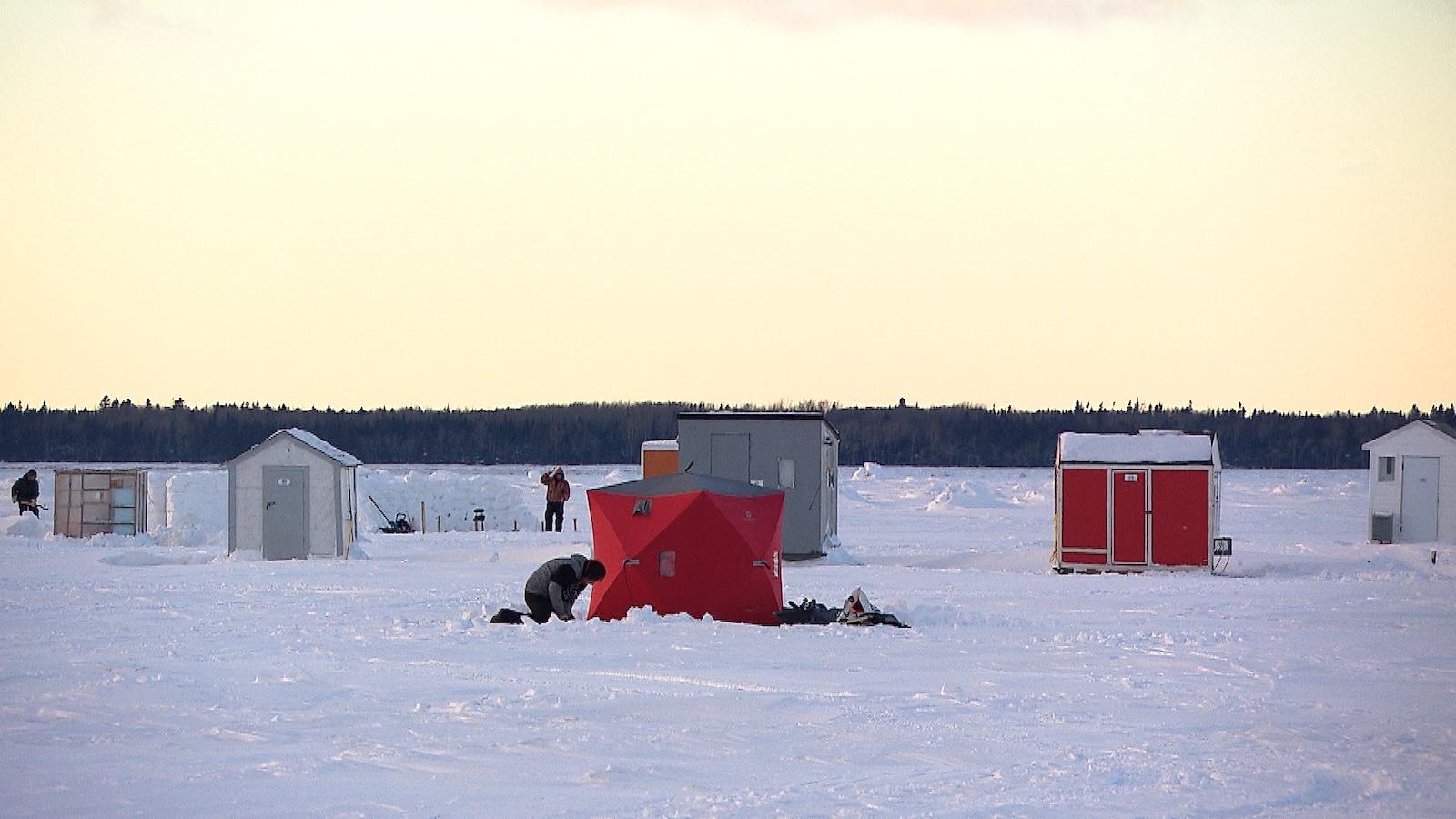 Des pêcheurs installent leurs cabanes sur la banquise.