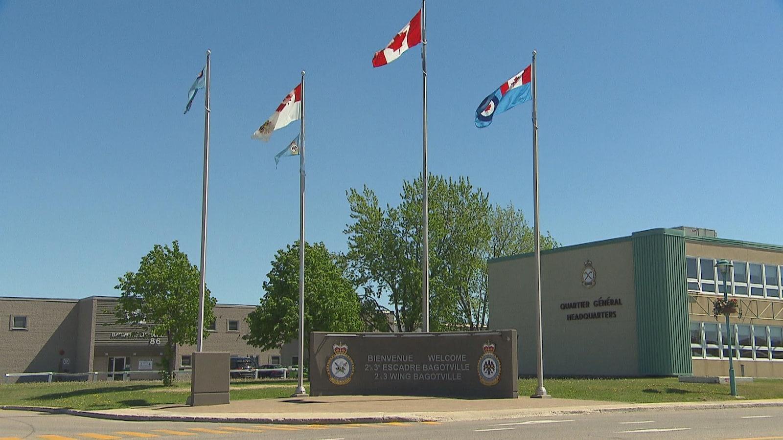 Quatre drapeaux sont hissés et volent devant la base militaire de Bagotville