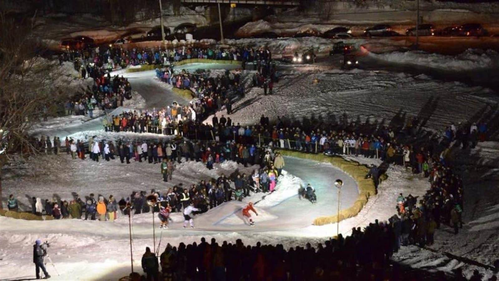 Des patineurs dévalent une piste en lacets