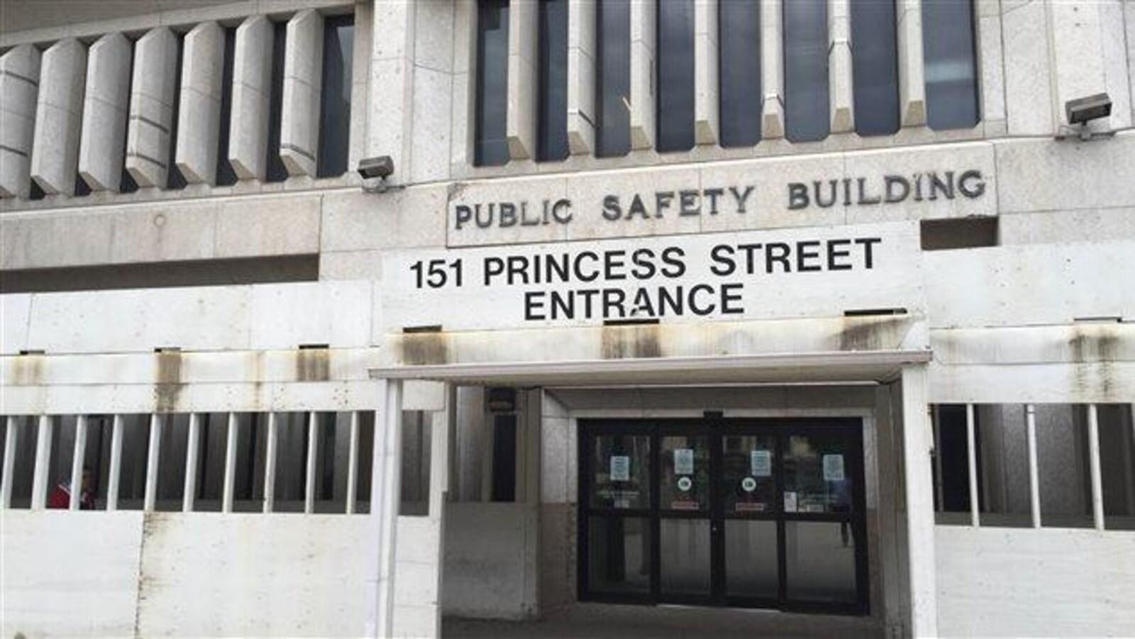 L'entrée d'un immeuble de pierre de style brutaliste.