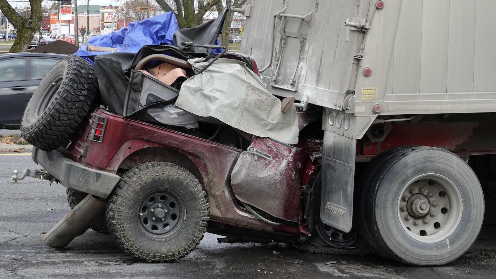 Un véhicule utilitaire sport a embouti un camion