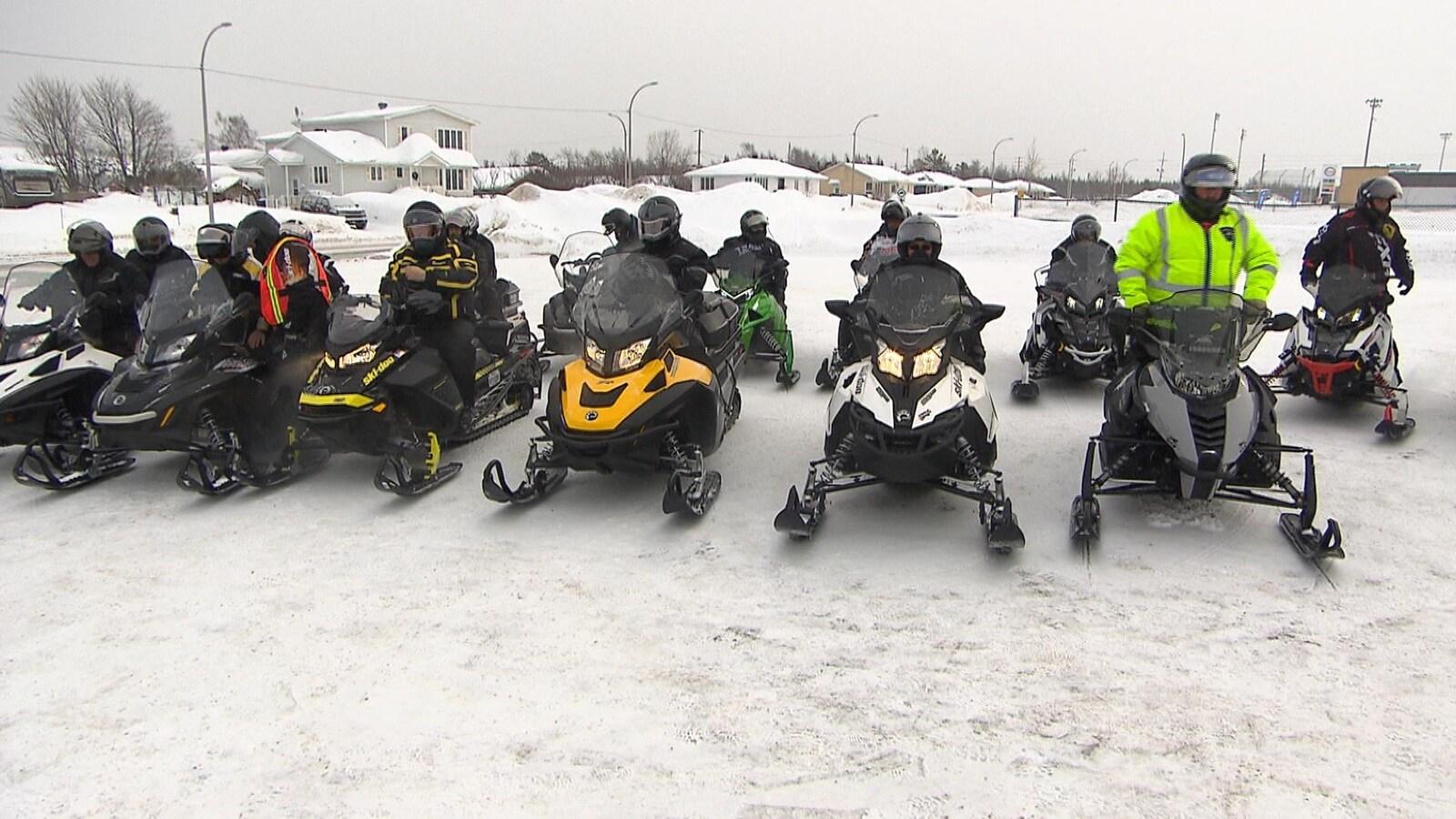 Une dizaine de motoneige