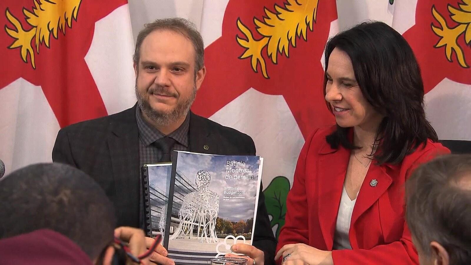 Benoît Dorais et Valérie Plante montrent le document du budget.