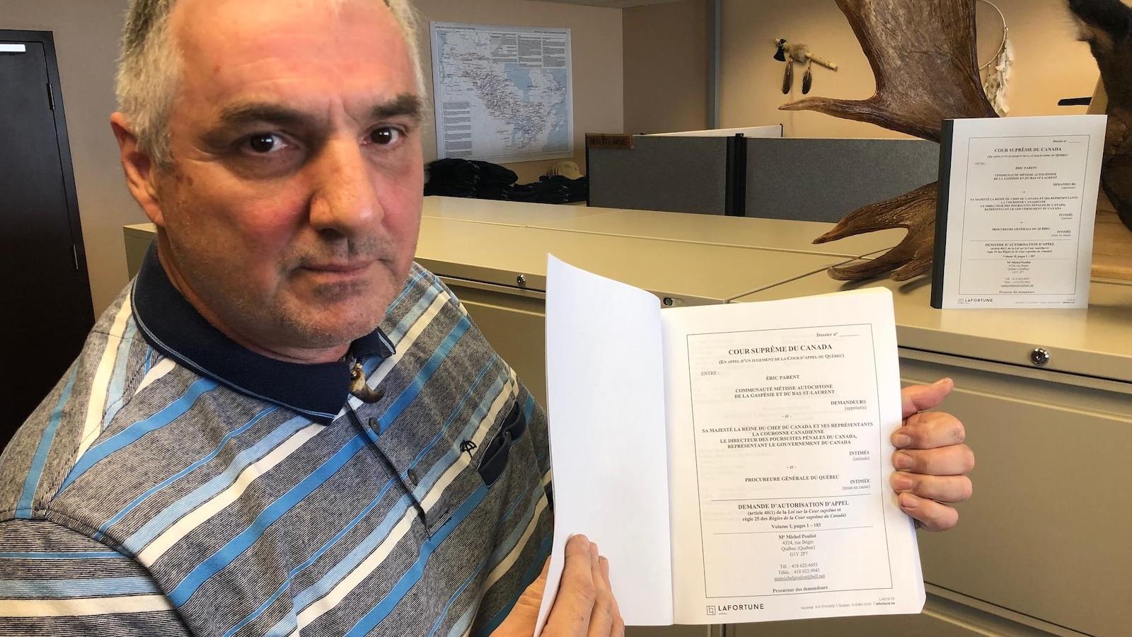 Le grand chef de la Nation métisse autochtone de la Gaspésie et du Bas-Saint-Laurent, Benoît Lavoie, montre la requête adressée à la Cour suprême.