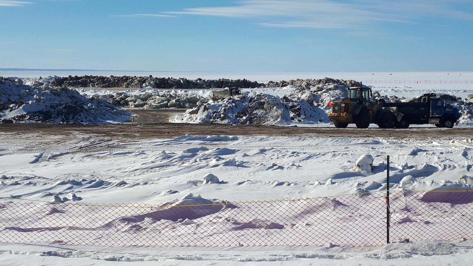 Chantier hivernal avec camions en hiver sur les rives du lac Saint-Jean.