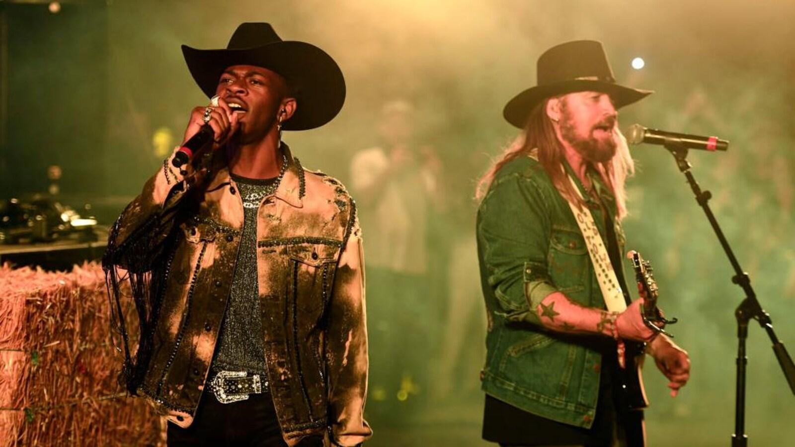 Lil Nas X et Billy Ray Cyrus chantent en tenue de cowboy.