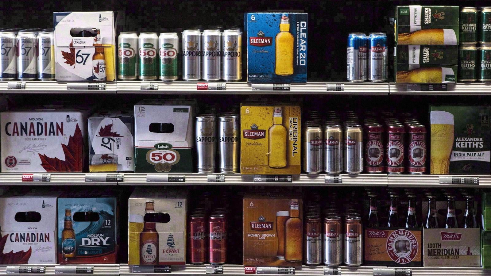 Un étalage de bières de différentes marques.