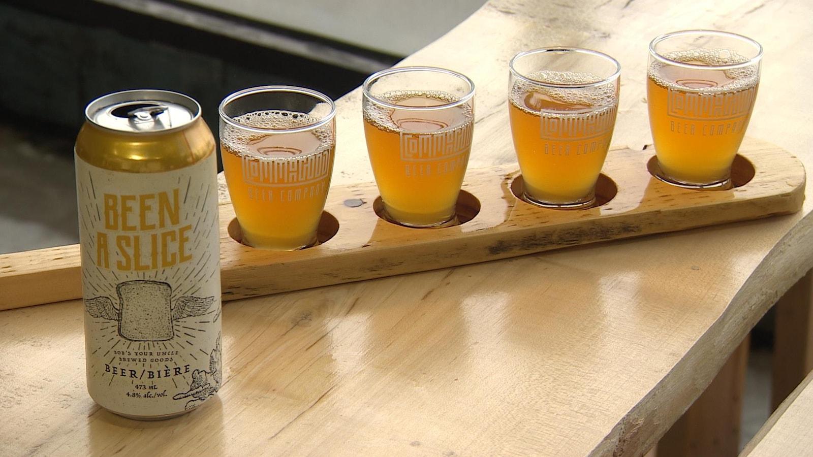 Une canette et des verres de bière.