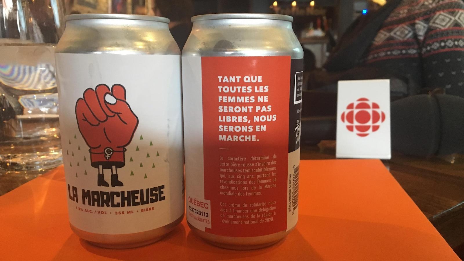 Deux canettes de bière avec un logo en forme de poing levé intitulées La Marcheuse.