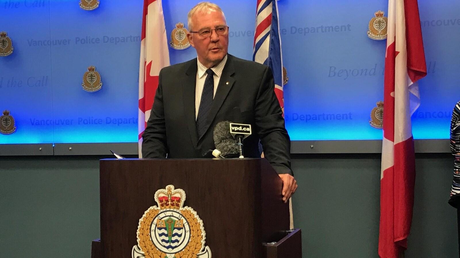 Un homme derrière un podium de la police de Vancouver