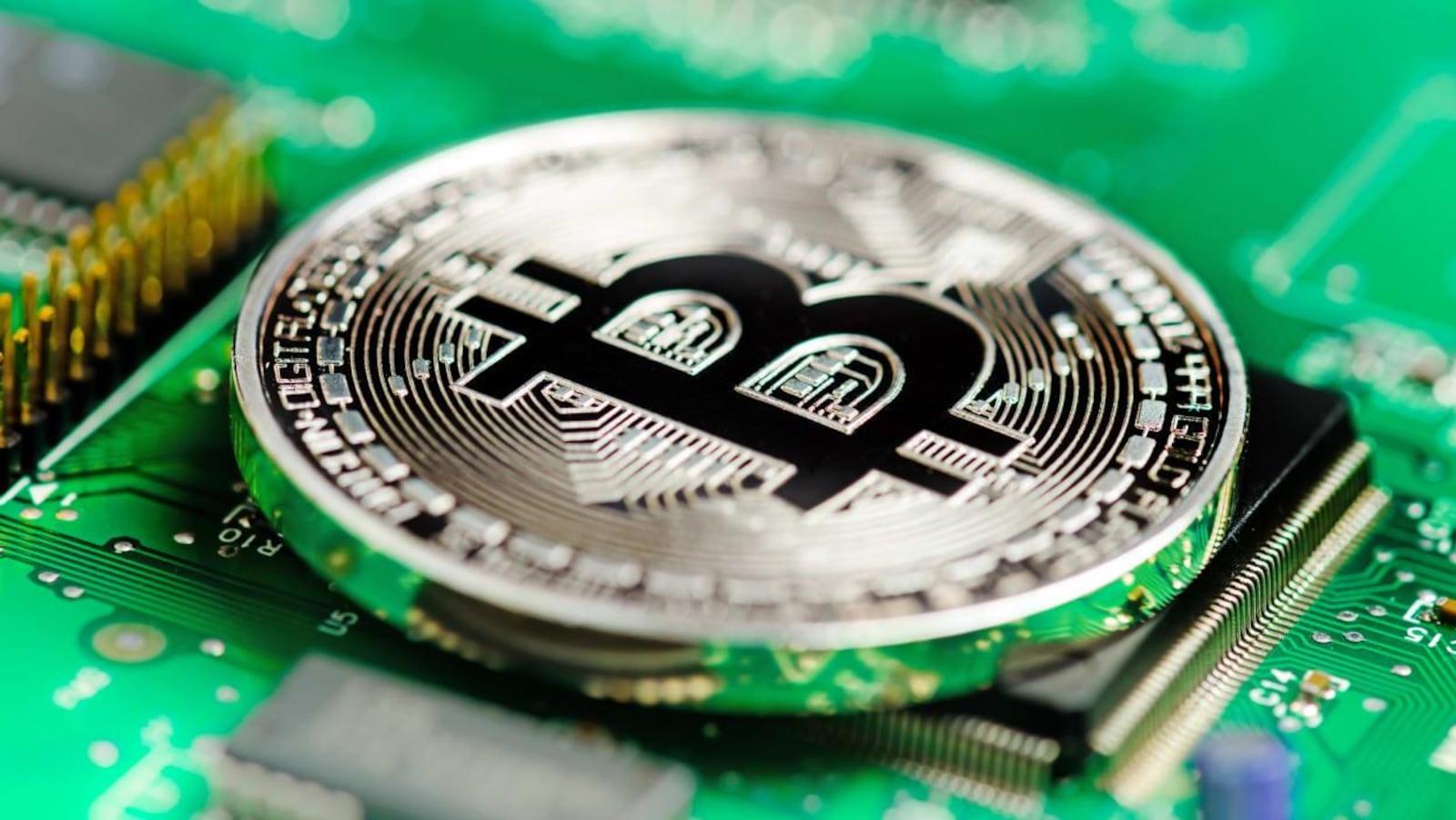 Un bitcoin posé sur un microprocesseur.