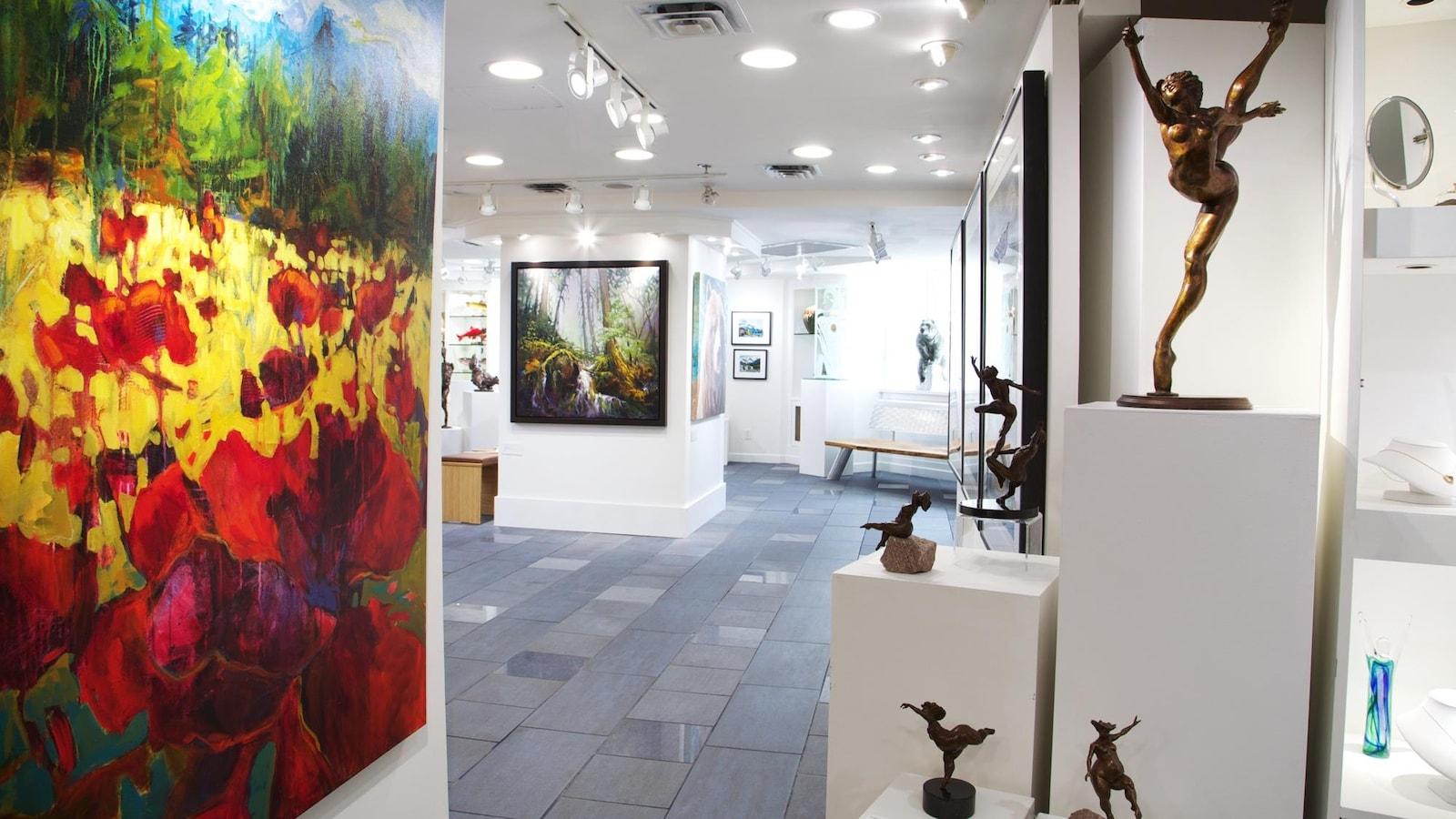 Des oeuvres sont exposées dans une galerie d'arts.