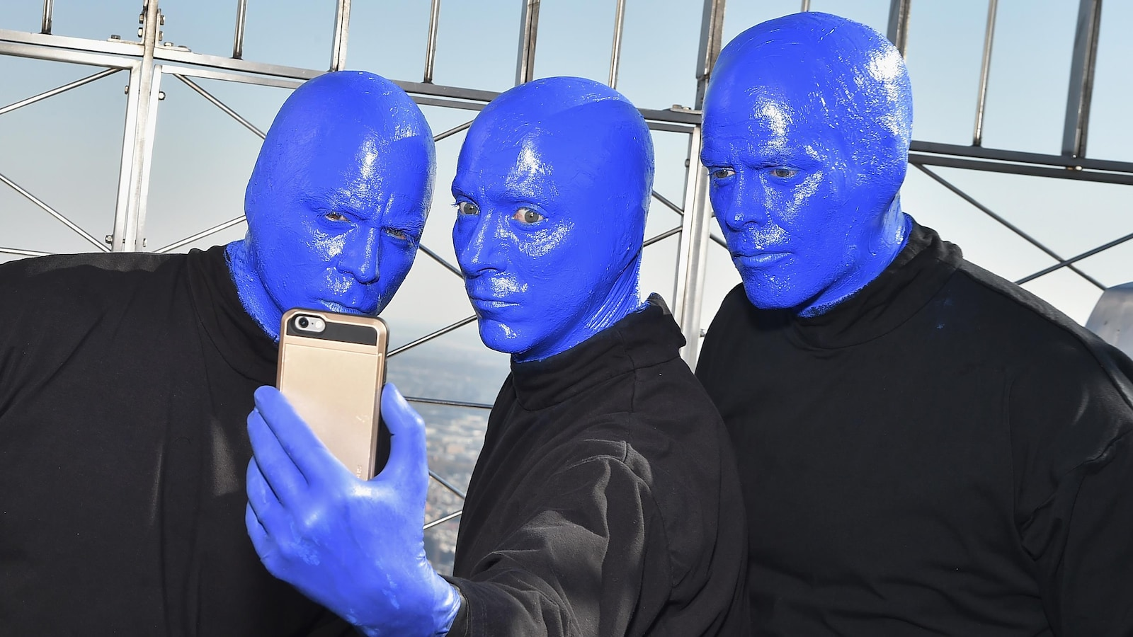Les membres du Blue Man Group au sommet de l'Empire State Building à New York