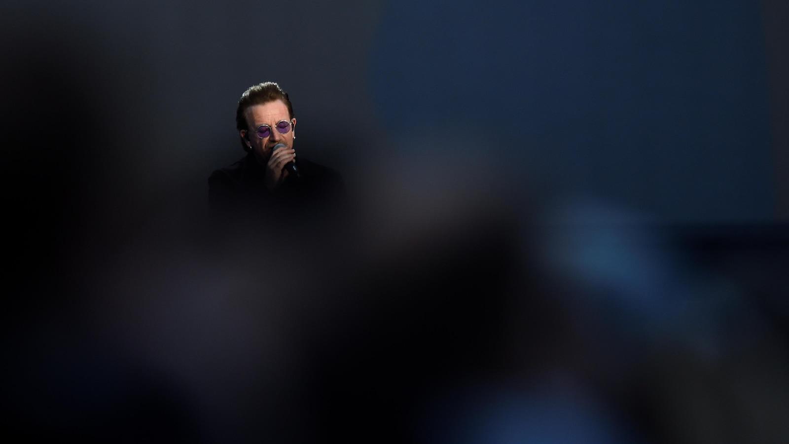 Bono chante pendant un concert U2 à Dublin.