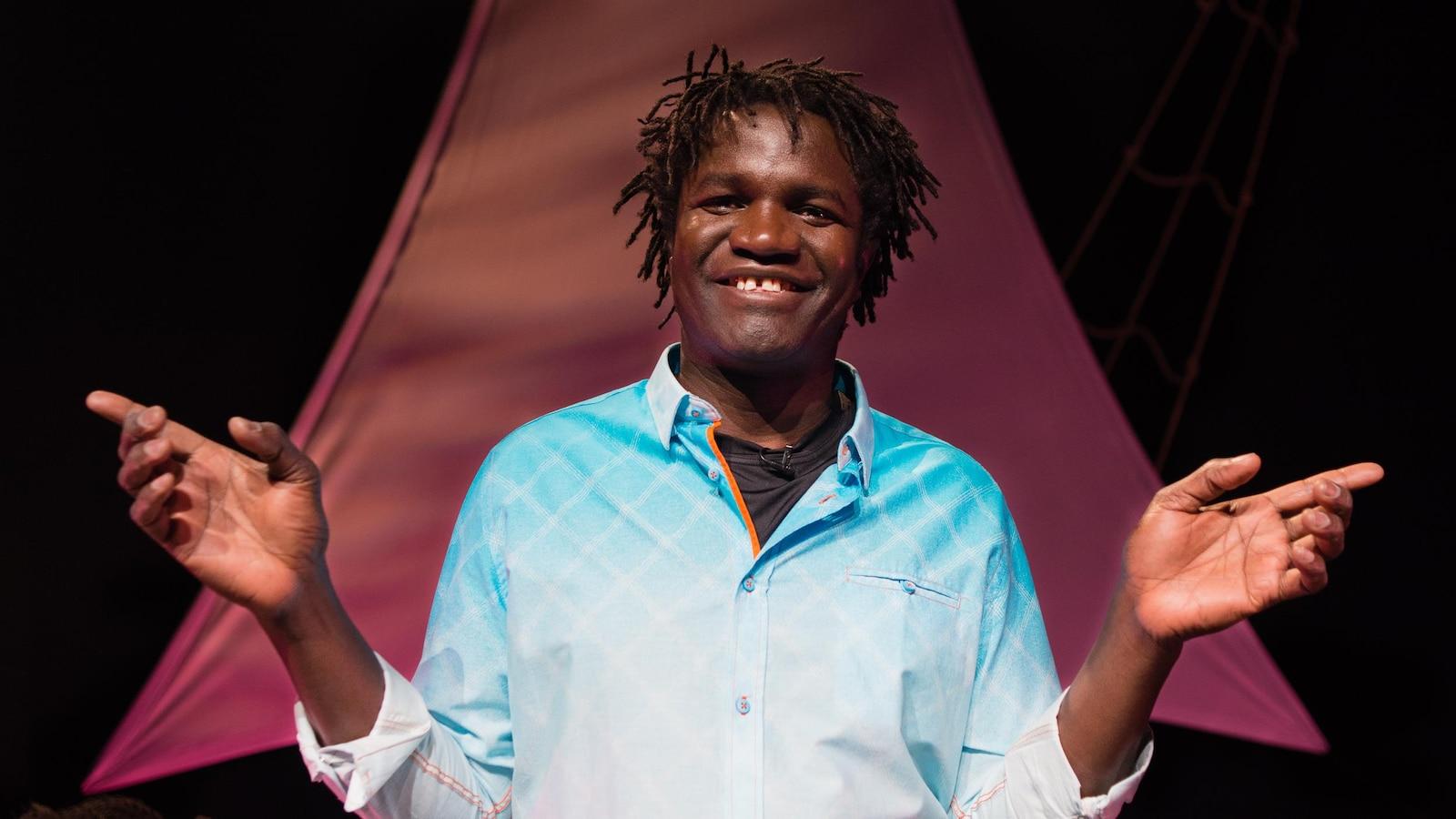 Boucar Diouf, une heure avant la première de son spectacle Magtogoek ou le chemin qui marche, le 5 avril 2018, au Monument national, à Montréal.