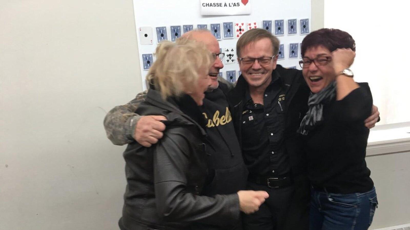 Jacques Perron et Roger Boudreau célèbrent leur gain en compagnie de leurs épouses