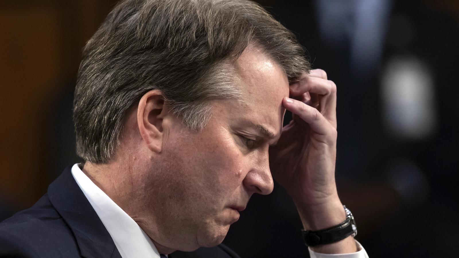 Brett Kavanaugh, candidat à la Cour suprême, attend de témoigner devant la Commission judiciaire du Sénat pour le troisième jour de son audience de confirmation des charges, au Capitole de Washington.