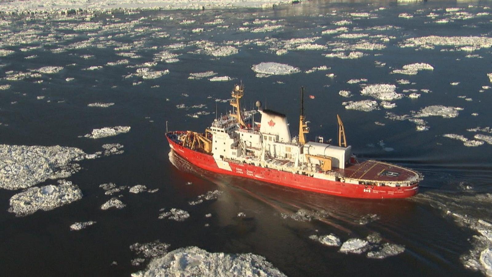 Le brise-glace Amundsen navigue sur le fleuve Saint-Laurent à la hauteur de Québec.