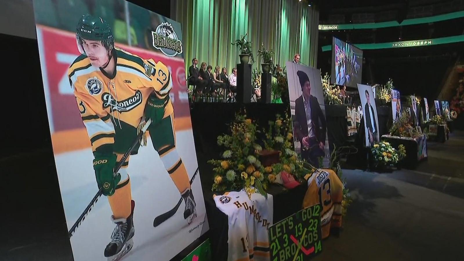 Photo de la scène à la place Rogers où s'est tenue la cérémonie commémorative. On voit chaque victime en tenue de hockey et en tenue de ville.