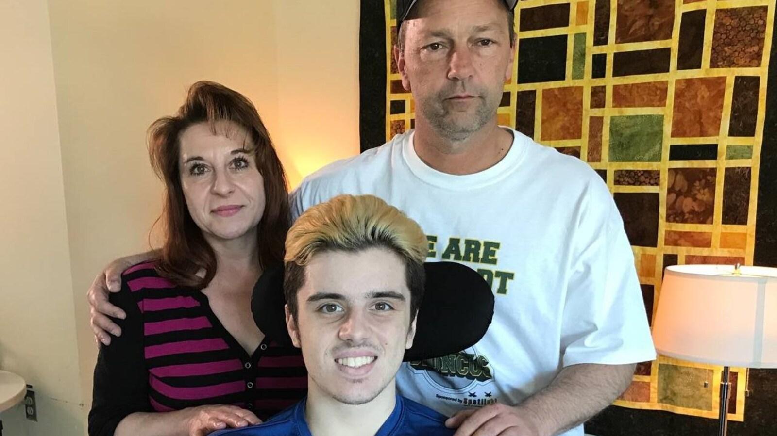 Vue sur une mère, père et un jeune homme dans un fauteuil roulant