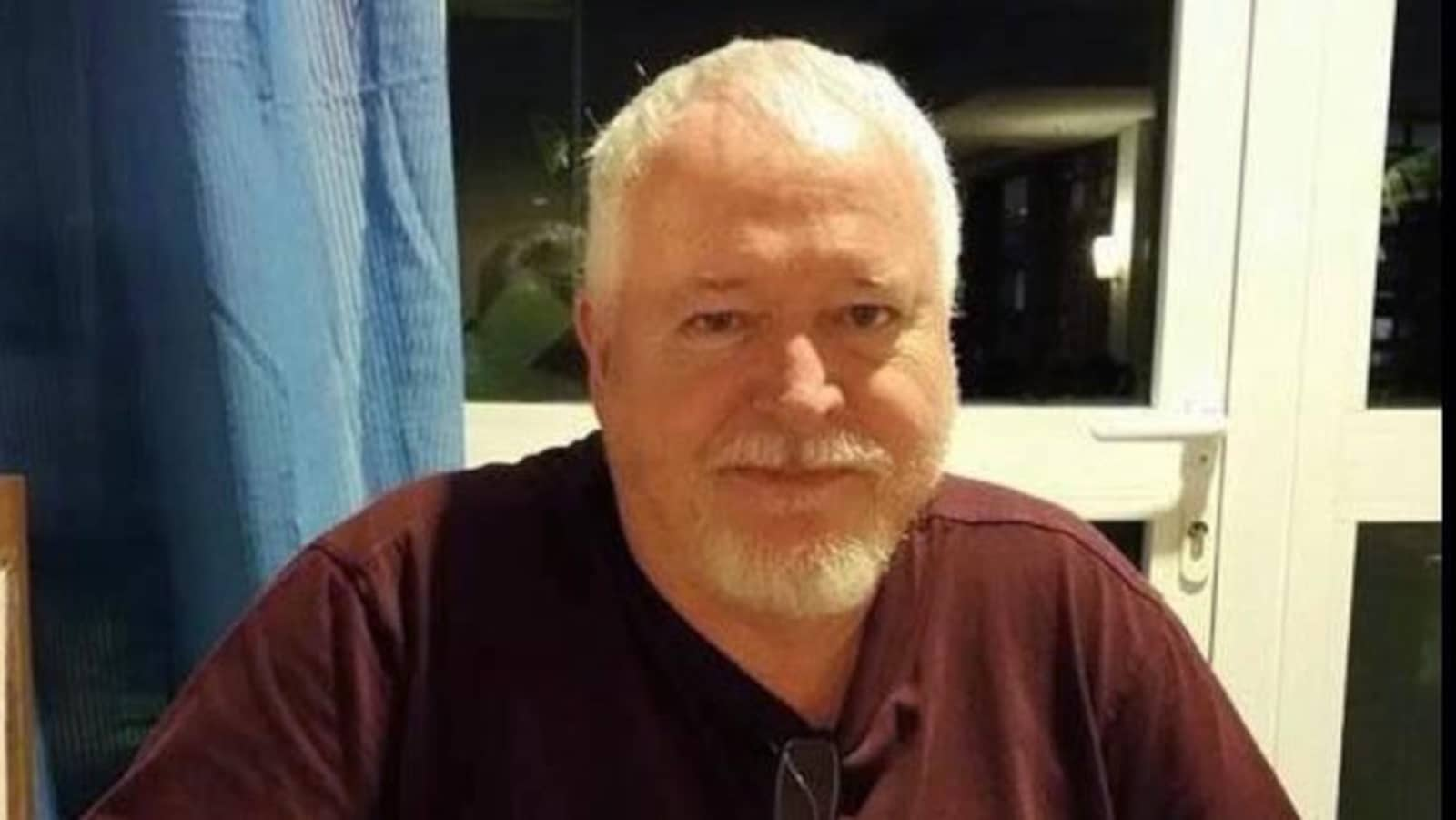 Photo de Bruce McArthur à table portant un t-shirt brun.