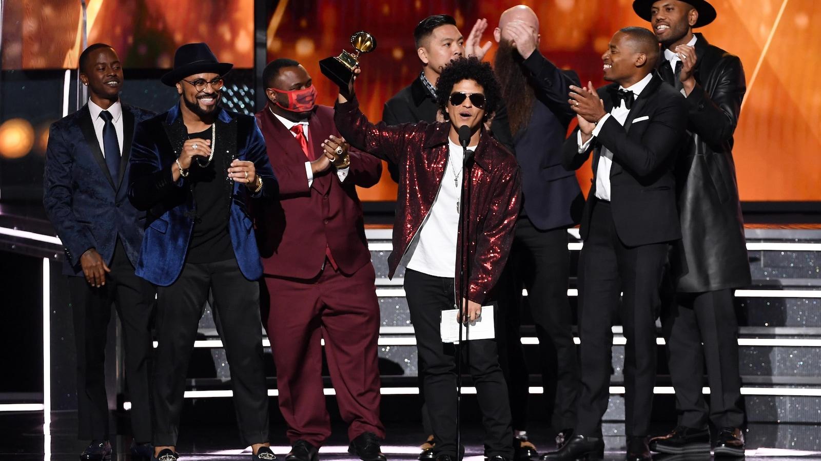 Bruno Mars remporte le Grammy de la meilleure chanson.