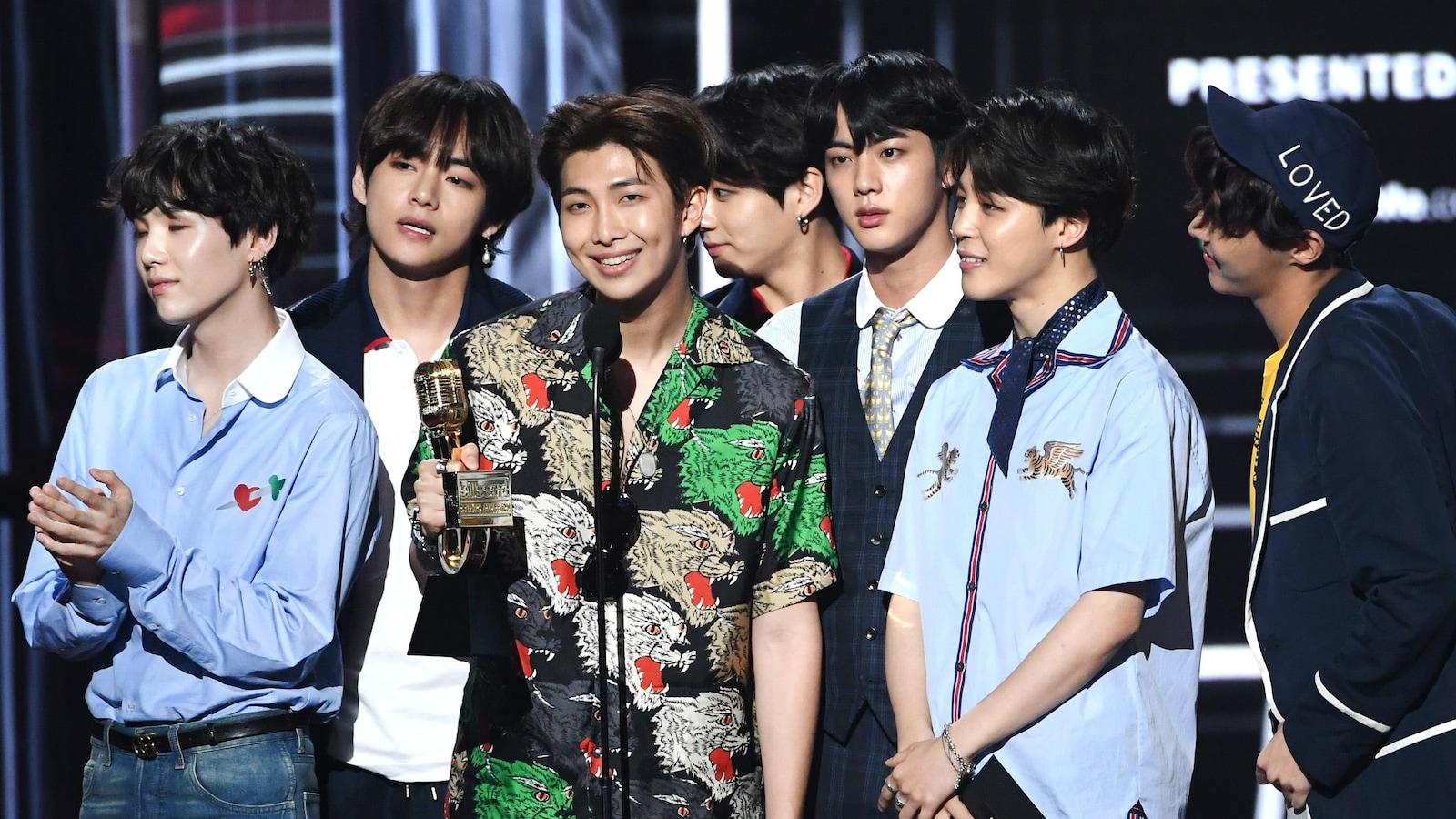 Le groupe Bangtan Boys (BTS) recevant un trophée aux Billboard Awards 2018 à Las Vegas