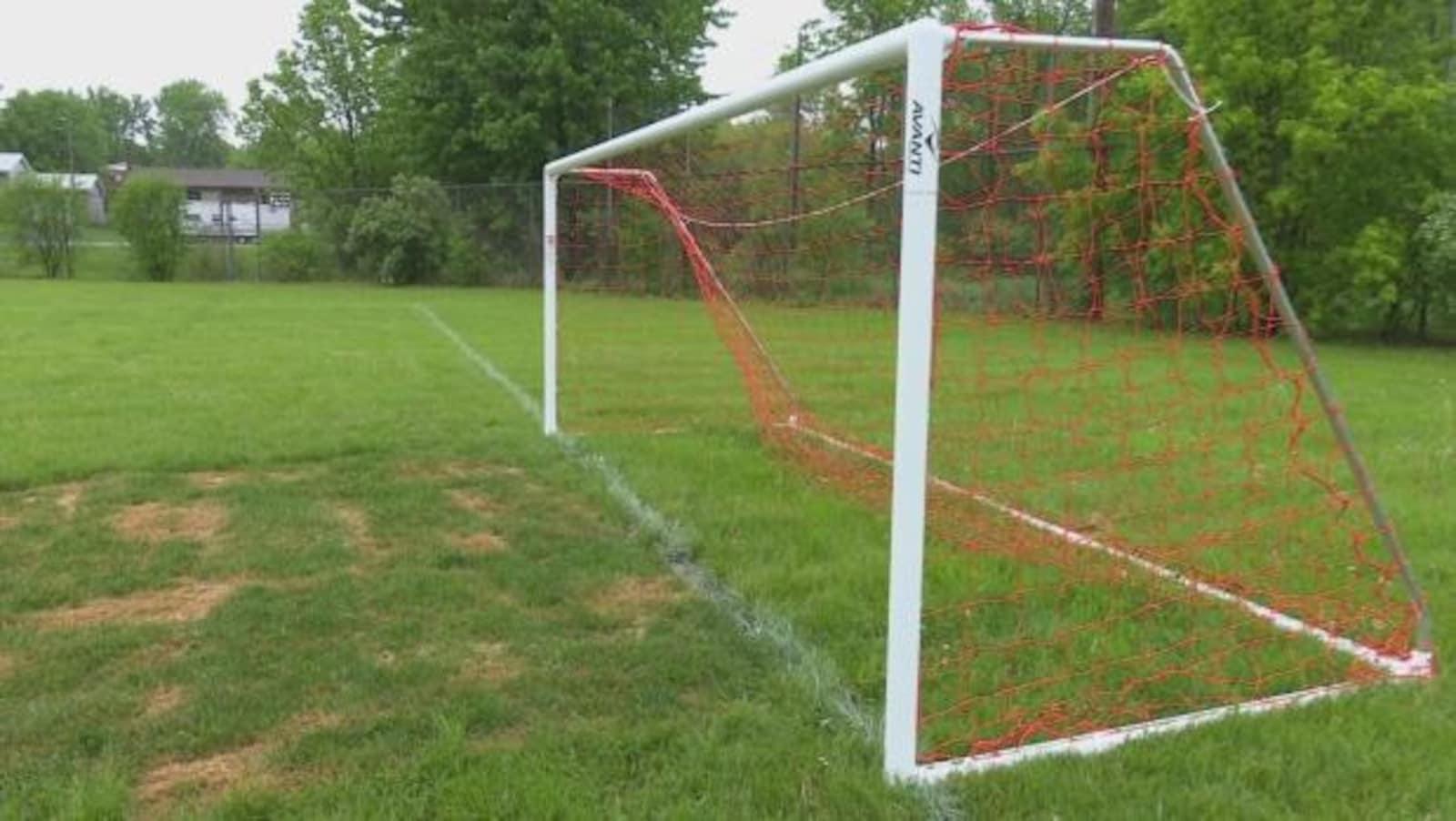 Un filet de soccer dans un parc.