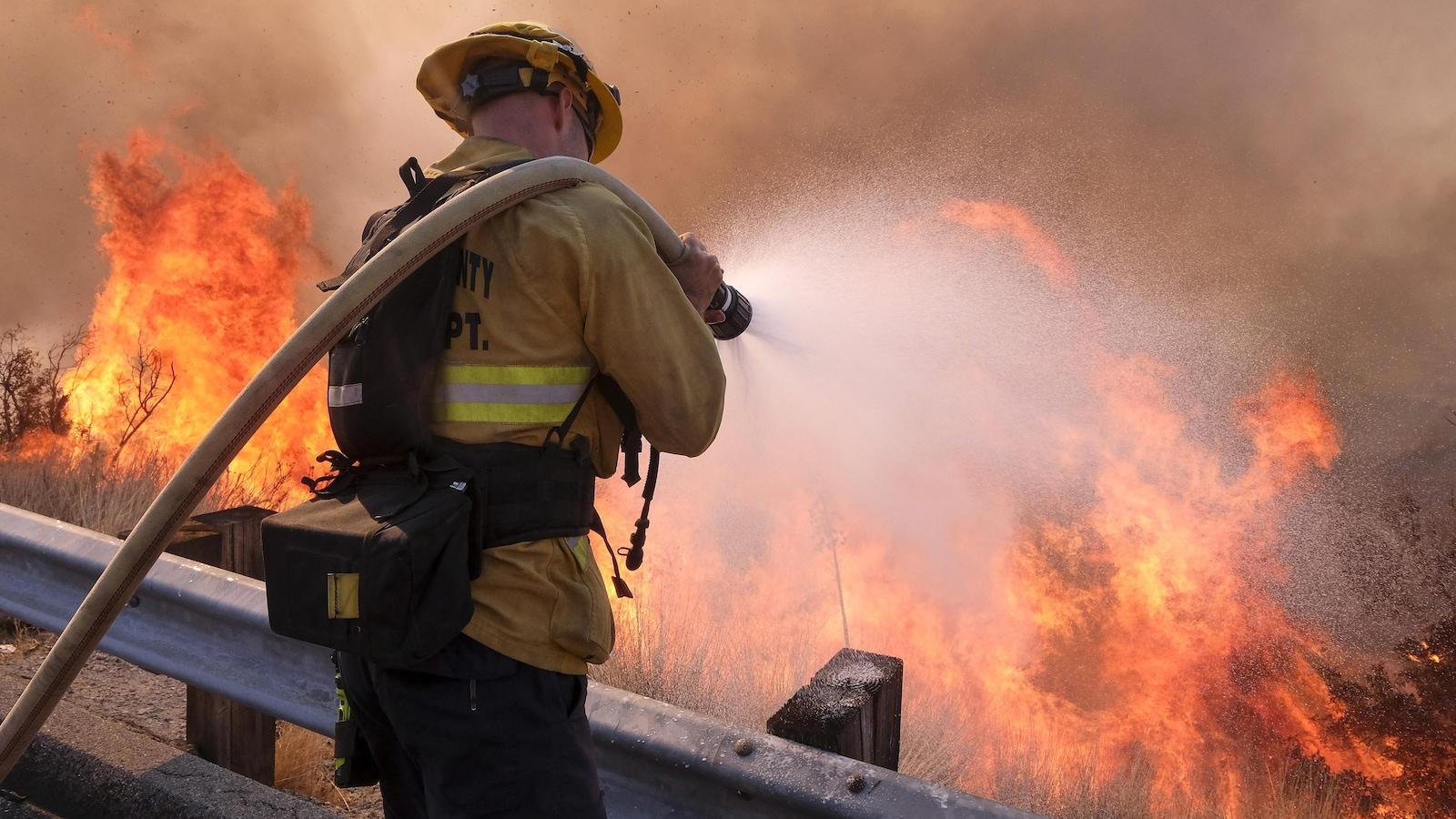 Un pompier combat le brasier le long de l'autoroute Ronald Reagan à Simi Valley en Californie.