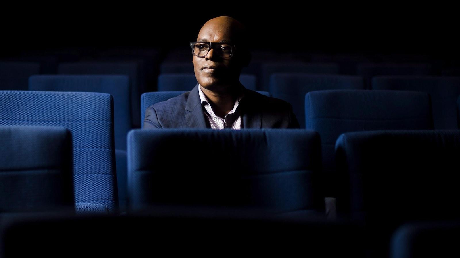 Le directeur artistique du TIFF, Cameron Bailey, dans une salle de cinéma