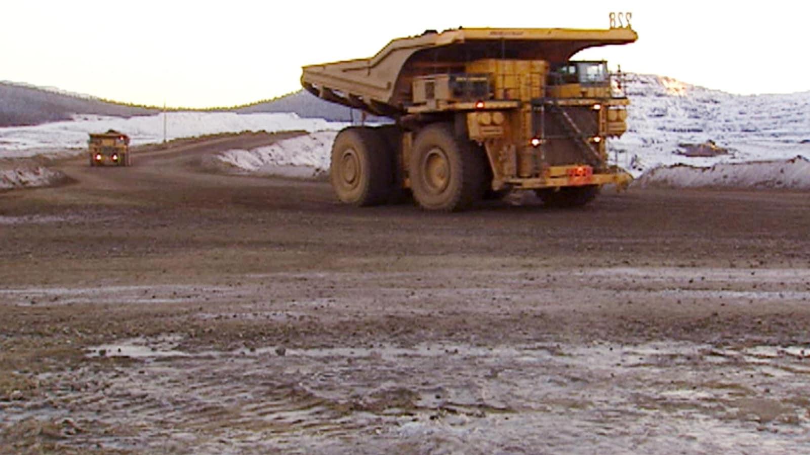 Des camions acheminent le minerai de fer vers l'usine de traitement de Labrador City