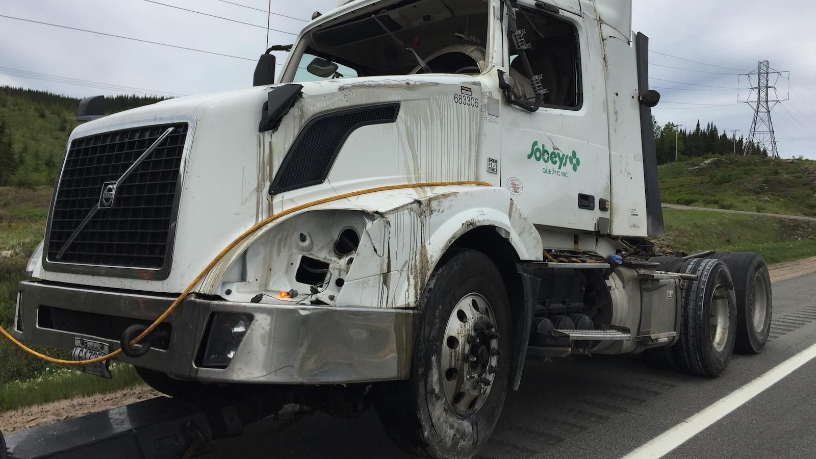 Un poids lourd s'est renversé sur la route 175 sud.