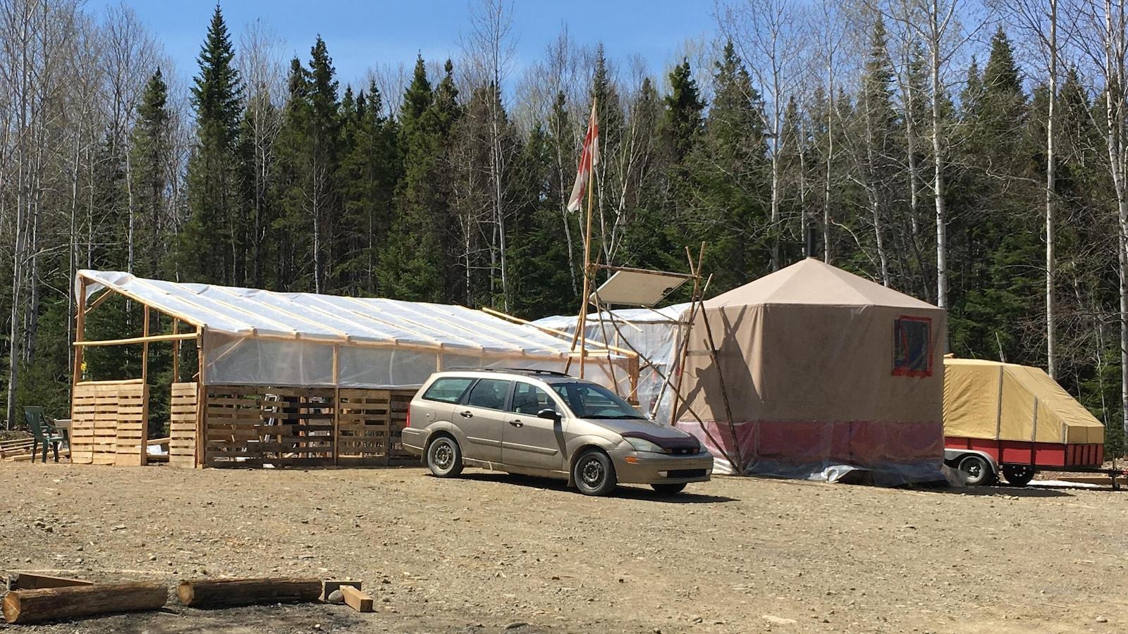 Installations du campement situé près des chemins forestiers qui mènent aux puits Galt no 4 et Galt no 5 de Junex