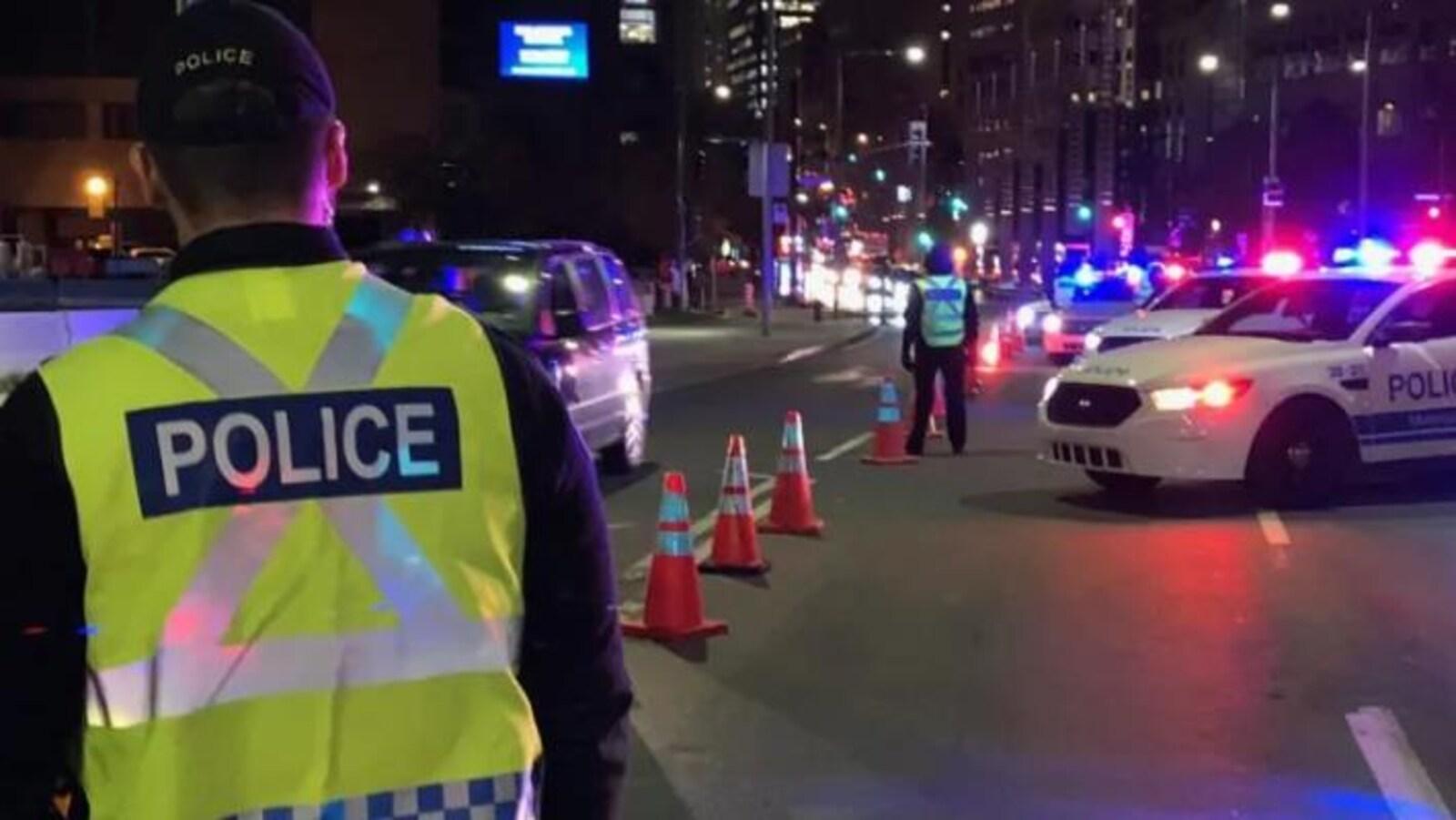 Des policiers agents de circulation sont sur la route au petit matin.