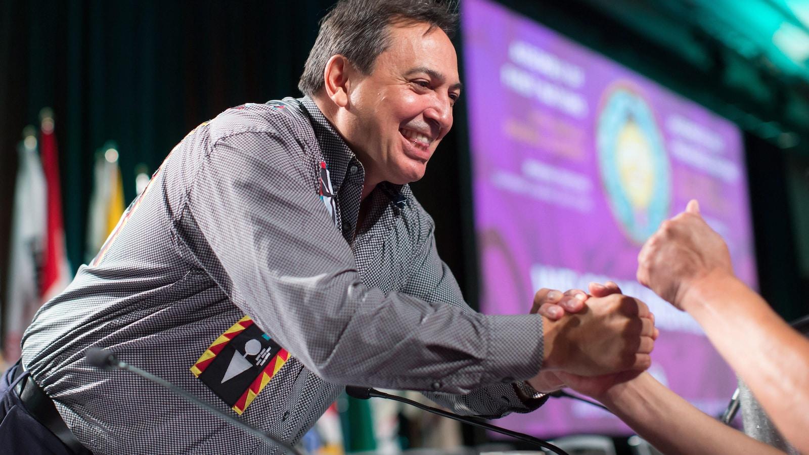 Le chef de l'APN Perry Bellegarde reçoit des félicitations après sa réélection à Vancouver, le 25 juillet 2018.