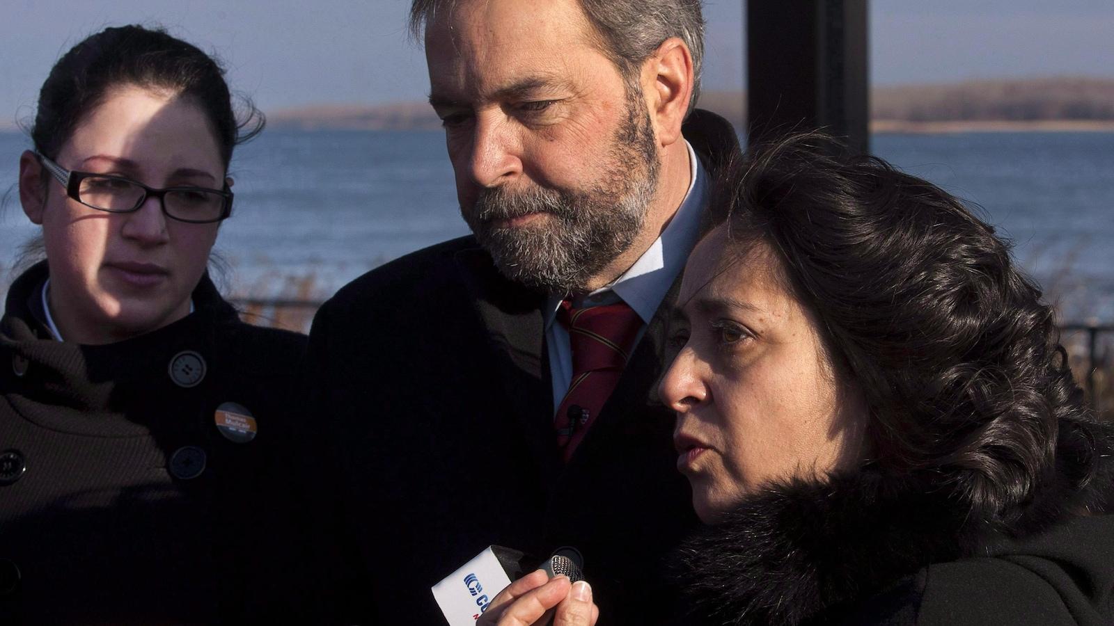 Paulina Ayala (à droite) à Montréal, le 22 décembre 2011, avec Thomas Mulcair (au centre) et Ève Péclet (à gauche).